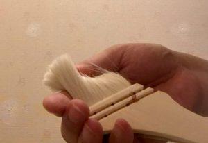 使い初めのハケはよくしごいて浮いている毛やホコリを落としてから使う。