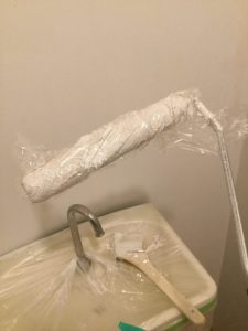 二度目以降の塗りを待つ間の乾燥防止にラップかポリ袋で包む。